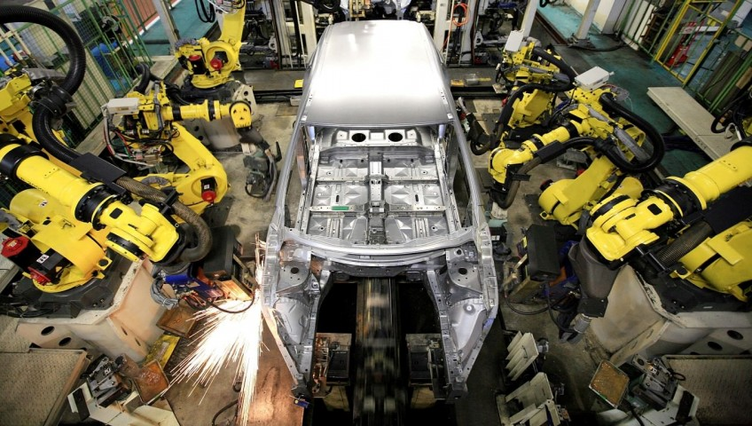 KITAKYUSHU, JAPAN - NOVEMBER 23:  Robots work on the bodies of new Nissan Muranos on the assembly line at Nissan Motor Company's Kyushu Plant on November 23, 2007 in Kiyakyushu, Japan. Nissan intends to start shipping the new Murano for sale in North America at the beginning of 2008.  (Photo by Junko Kimura/Getty Images)